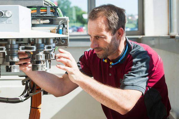 Schreiner an einer Bohrmaschine » Kaupp & Diether