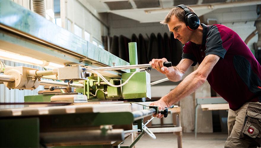 Arbeiter an einer Furnier Schleifmaschine » Kaupp & Diether